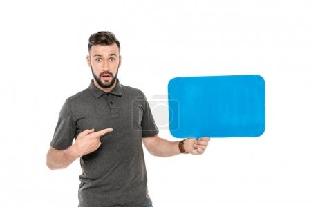 Photo pour Portrait de l'homme choqué pointant à blanc bulle de parole à la main isolé sur blanc - image libre de droit