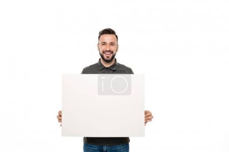 Photo pour Portrait d'un homme souriant tenant une bannière vierge dans des mains isolées sur du blanc - image libre de droit