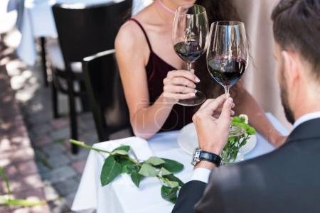 Photo pour Couple ayant rendez-vous romantique, assis à table au restaurant et lunettes cliquables - image libre de droit