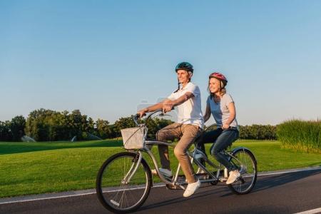 Photo pour Couple aîné vélo ensemble sur la route dans le parc - image libre de droit