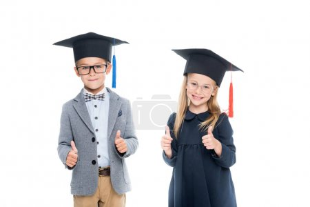 Foto de Alumnos en sombreros de graduación que muestran los pulgares arriba aisladas en blanco - Imagen libre de derechos
