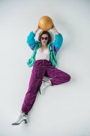 Foto de Mujer elegante en ropa de estilo vintage con balón aislado en gris - Imagen libre de derechos