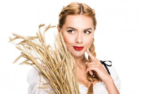Photo pour Belle fille blonde en costume traditionnel allemand avec des oreilles de blé, isolé sur blanc - image libre de droit