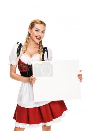 Photo pour Belle fille souriante en costume traditionnel allemand tenant carte blanche, isolé sur blanc - image libre de droit