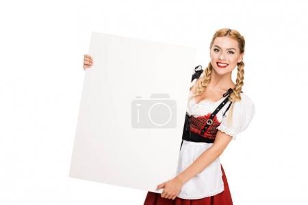 Photo pour Fille souriante en costume traditionnel allemand tenant carte blanche, isolé sur blanc - image libre de droit