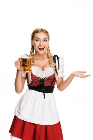 Photo pour Serveuse heureuse en costume traditionnel allemand tenant verre de bière sur Oktoberfest, isolé sur blanc - image libre de droit
