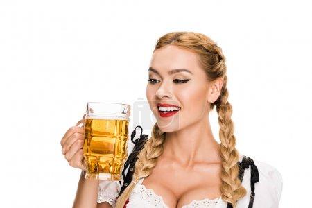 Photo pour Serveuse en costume traditionnel allemand tenant verre de bière sur Oktoberfest, isolé sur blanc - image libre de droit