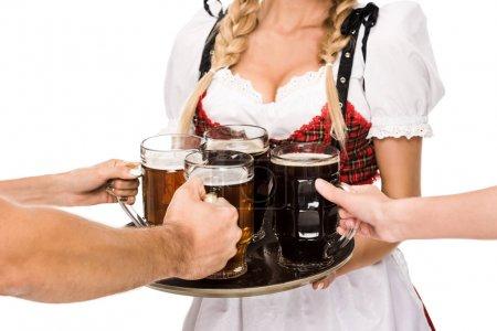 Photo pour Vue recadrée de serveuse en costume traditionnel allemand tenant des verres à bière sur Oktoberfest, isolé sur blanc - image libre de droit