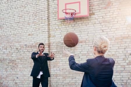 Photo pour Collègues de travail jeunes jouant au basketball à l'extérieur - image libre de droit