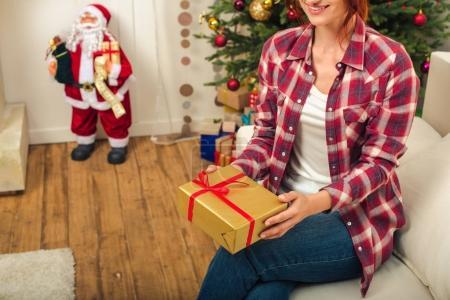 femme avec le cadeau de Noël