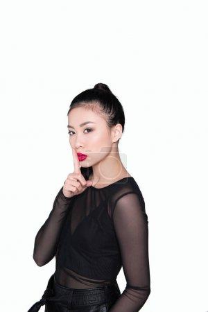 Photo pour Belle femme asiatique montrant le geste de silence isolé sur blanc - image libre de droit