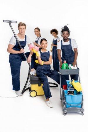 Photo pour Groupe de jeunes nettoyeurs multiethniques avec diverses fournitures de nettoyage isolé sur blanc - image libre de droit