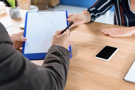 Photo pour Recadrée tir de partenaires commerciaux, rédaction de contrat ensemble - image libre de droit