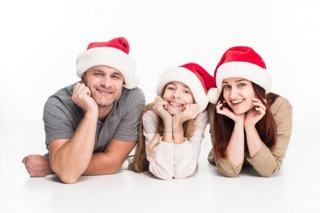 famille souriante en chapeaux santa