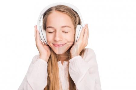 Teenager hört Musik mit Kopfhörern