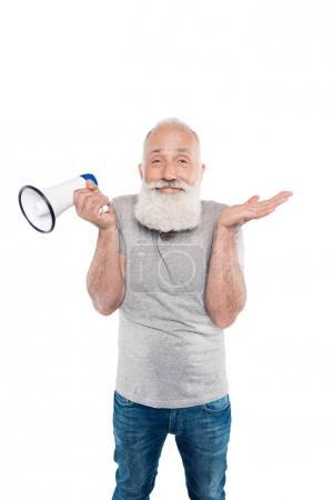 Lächelnder Senior mit Lautsprecher