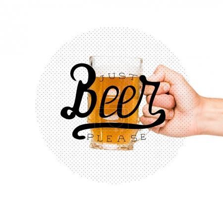 Photo pour Vue recadrée de la personne tenant un verre de bière - image libre de droit