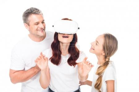 Photo pour Famille excitée utilisant casque de réalité virtuelle, isolé sur blanc - image libre de droit