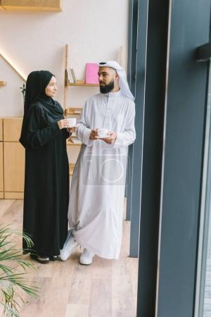 Photo pour Couple musulman boire du café ensemble dans un café moderne - image libre de droit