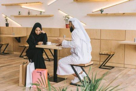 Photo pour Couple musulman moderne passe du temps ensemble dans un café - image libre de droit