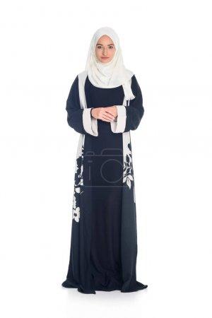 Photo pour Belle femme musulmane en hijab regardant caméra isolé sur blanc - image libre de droit