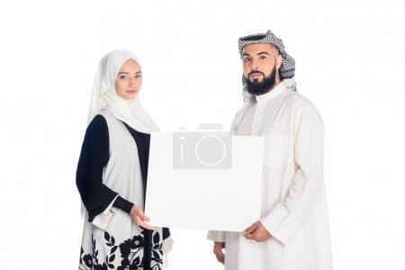 Photo pour Beau couple musulman tenant tableau blanc isolé sur blanc - image libre de droit