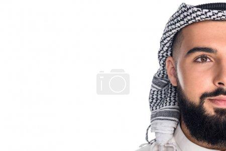 Photo pour Gros plan portrait de demi visage d'homme musulman isolé sur blanc avec espace de copie - image libre de droit