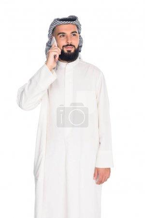 Photo pour Jeune homme musulman parler par téléphone isolé sur blanc - image libre de droit