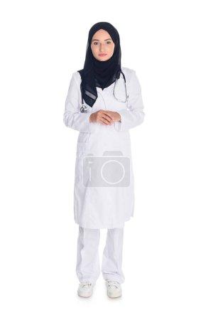 Photo pour Belle jeune musulman femme médecin isolé sur blanc - image libre de droit
