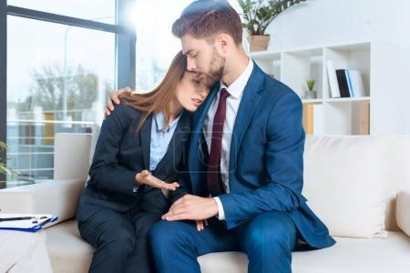 Photo pour Perturber le couple de jeunes entrepreneurs entraidant - image libre de droit