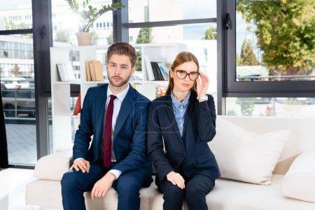 Photo pour Confiant professionnel jeunes gens d'affaires en regardant la caméra dans le Bureau - image libre de droit