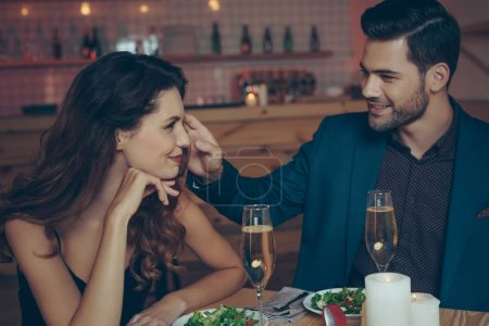 Photo pour Jeune couple amoureux dîner romantique ensemble au restaurant - image libre de droit