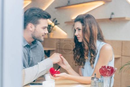 Femme avec une bague de fiançailles