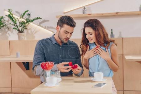 faire proposition à la petite amie de l'homme