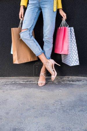 Photo pour Plan recadré de jeune femme tenant des sacs à provisions - image libre de droit