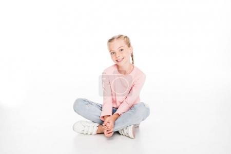 Photo pour Enfant gai assis sur le sol avec les jambes croisées, isolé sur blanc - image libre de droit