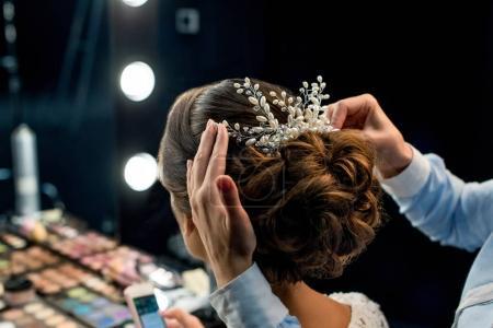 Foto de Vista parcial del estilista peinado clientes con hermoso accesorio de decoración - Imagen libre de derechos