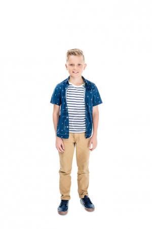 Photo pour Vue pleine longueur de mignon petit garçon souriant à la caméra isolé sur blanc - image libre de droit