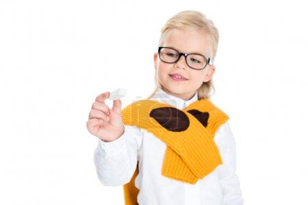 Photo pour Vue rapprochée de mignonne petite fille en lunettes tenant la craie - image libre de droit