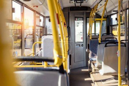 Photo pour Mise au point sélective d'intérieur bus ville vide avec sièges - image libre de droit