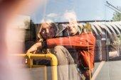 """Постер, картина, фотообои """"улыбаясь пара в общественном транспорте"""""""