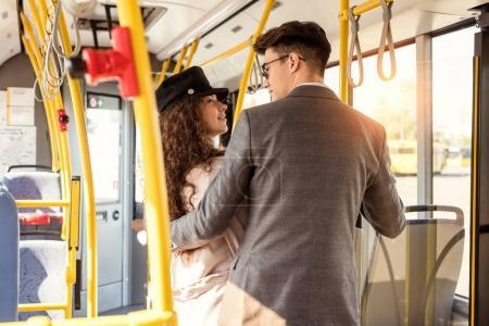 Photo pour Élégante jeune couple regardant les uns les autres alors qu'il circulait dans les transports publics - image libre de droit