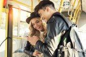 """Постер, картина, фотообои """"пара с смартфон в общественном транспорте"""""""