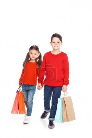 Photo pour Frères et sœurs de chandails rouges de sacs à main, isolé sur blanc - image libre de droit