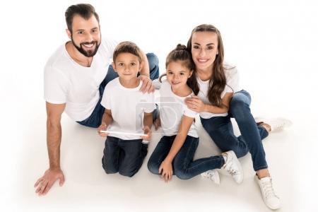 Photo pour Vue grand angle souriant grande famille regardant caméra isolé sur blanc - image libre de droit