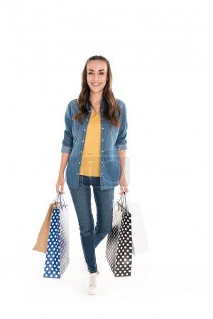 Photo pour Belle femme souriante avec des sacs à provisions, isolée sur blanc - image libre de droit