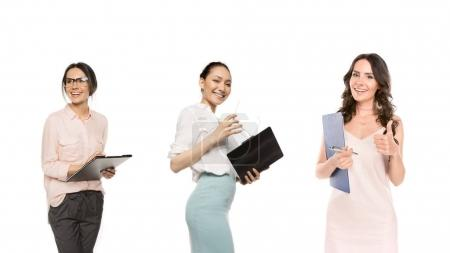 Photo pour Portrait de jeunes femmes d'affaires multiculturelles avec des dossiers isolés sur blanc - image libre de droit