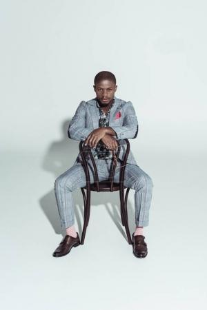 Afrikanisch-amerikanischer Mann auf Stuhl rückwärts