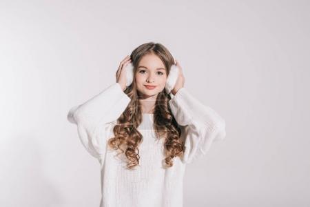 Photo pour Belle adolescente en fourrure cache-oreilles et chandail blanc, souriant à la caméra isolé sur blanc - image libre de droit
