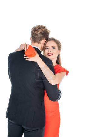 Photo pour Heureux jeune couple avec st Saint-Valentin présent étreinte isolé sur blanc - image libre de droit